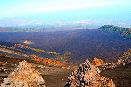 Valle del Bove on Etnan nykyisten huippujen itäpuolella oleva noin 30 000 vuotta sitten muodostunut kraatterilaakso.