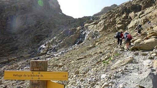 Vaeltajia tunnin matkan päässä La Brèchen vuoristotuvasta.