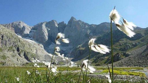 """Macizo del Vignemale vuorten pohjoispuoli Oulletes de Gauven vuoristotuvalta kuvattuna (42°47'31.77"""" N 0°08'27.31"""" W)."""