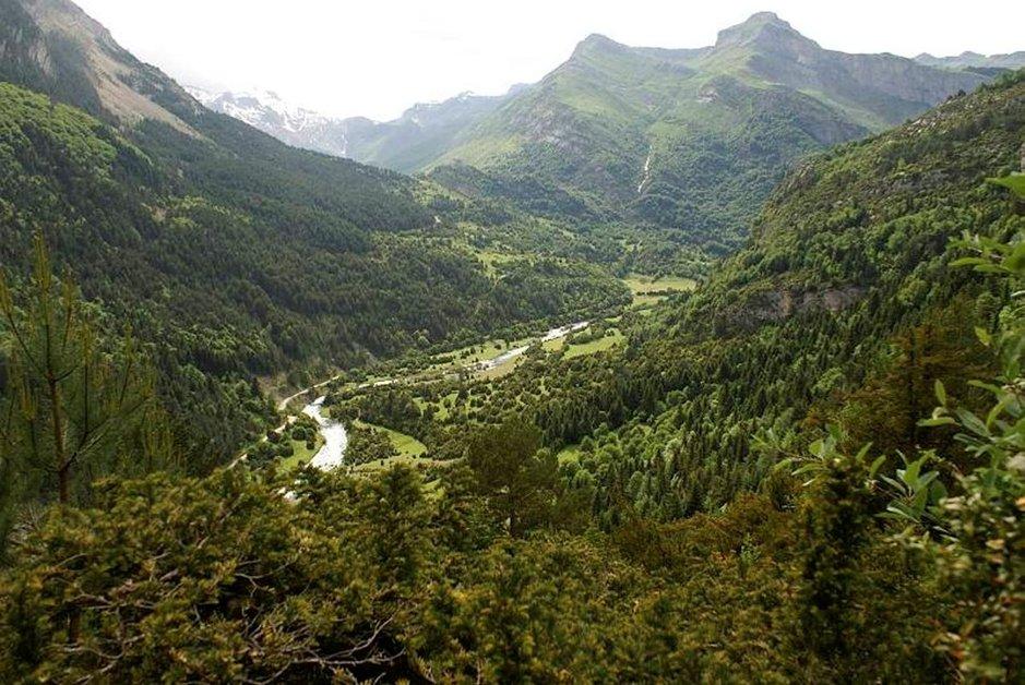 """Näkymä Bujaruelon laakson pohjoispuolelta, josta """"La Ruta de los Perdidos"""" korkean vuoriston vaellusreitin voi aloittaa."""