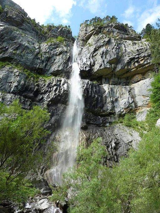 Pyreneillä vaeltavat voivat pysähtyä ihailemaan vesiputouksia ja vuoristopurojen raikkalla vedellä voi sammuttaa myös janon.