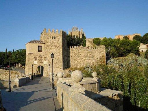 Kaupunkikuvaa leimaavat muurit, sillat, luostarit ja kirkot.