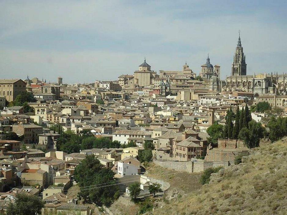 Keskikaupungin oikealla laidalla kohoaa Toledon katedraali.