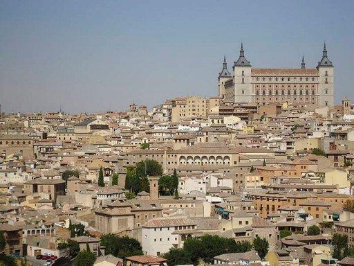 Kaupungin keskiaikaista rakennuskantaa, jonka yläpuolelle Alcázar kohoaa oikealla.
