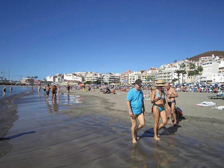 Öljy uhkaa nyt myös naapurisaarta Teneriffaa ja La Gomeraa. Myös Los Christianoksen ranta on vaarassa.