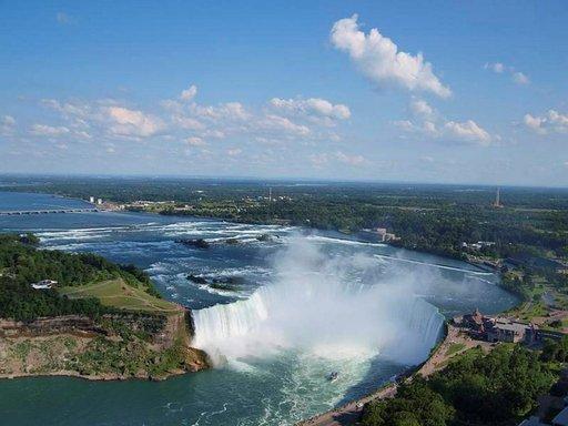 Niagaran putoukset häkellyttävät niin kokonsa kuin voimansa ansiosta.