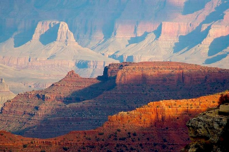Grand Canyon viehättää kokonsa ja väriensä ansiosta.
