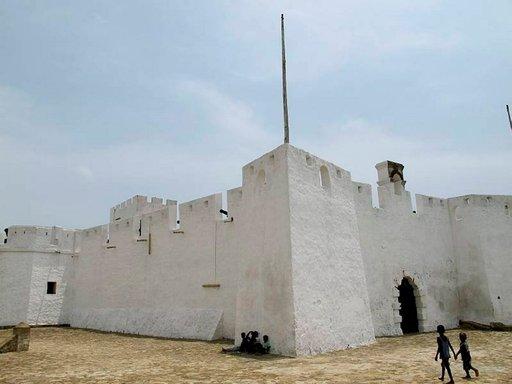 Fort Metal Cross on hyvässä kunnossa. Kuluttavasta ilmastosta johtuen linnake maalataan kolmesti vuodessa.
