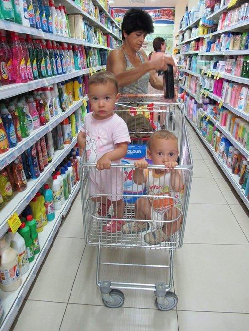 Lapsiperheet ovat ahdingossa, mutta saavat usein isovanhemmilta apua laskujen maksuun ja lastenhoitoon.