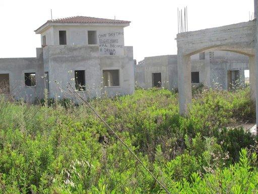 Upealla paikalla rannan tuntumassa sijaitseva 10 luksustalon rakennustyömaa on pysähtynyt laman myötä.