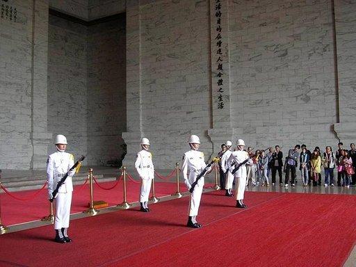 Vahdinvaihto Tsiang-kai Shekin muistohallissa Taipeissa.