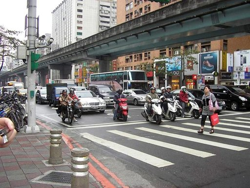 Taipein liikenteelle ovat tyypillisiä hurjaa vauhtia huristelevat skootterit.