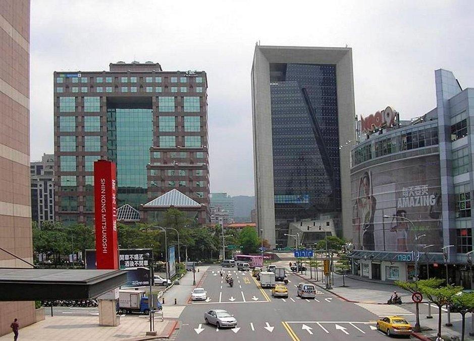Taipein moderni liikekeskusta tarjoaa kontrastin perinteisille ostoskaduille.