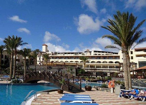 Fuerteventuran lomahotellit kestävät vertailun muiden aurinkolomakohteiden kanssa. Barcelo Jandia Mar -hotellin uima-allasaluetta.