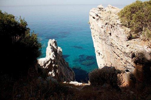 Turkoosin kirkas vesi peilaa kallioiden välistä niin, että merenpohjan muodot voi havaita jo kaukaa.