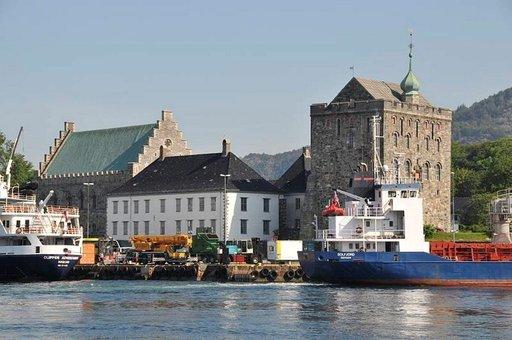 Rosenkrantz-torni ja juhlasali Bergenin sataman kupeessa.