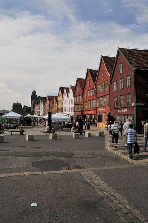Vanhat makasiinit Bryggenin varrella on kunnostettu ja nykyään niissä on ravintoloita ja myymälöitä.