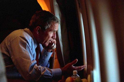 George W. Bush puhumassa varapresidenttinsä kanssa puhelimessa 11.9.2001. Photo: George W. Bush Library