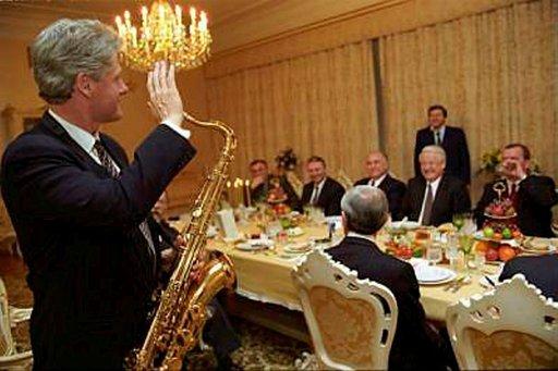 Lukuisia valtiovierailuja tehnyt Bill Clinton innostui toisinaan soittamaan isännilleen saksofonia. Photo: Clinton Library