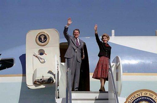 Ronald ja Nancy Reagan heiluttamassa yleisölle vuonna 1981. Photo: Ronald Reagan Presidential Library