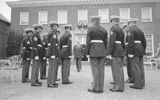 Gerald Ford poistumassa Yhdysvaltojen Helsingin-suurlähetystöstä elokuussa 1975. Suuntana on Neuvostoliiton lähetystö Tehtaankadulla. Photo: Gerald R. Ford Library