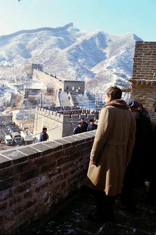 Richard Nixon seisomassa Kiinan muurilla 24.2.1972. Photo: Nixon Library