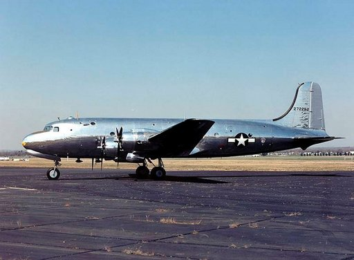 Douglas C-54 Skymaster, jota lehdistö kutsui nimellä Sacred Cow, oli käytössä vuosina 1944-1947. Photo: U.S. Air Force Museum