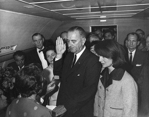 Lyndon B. Johnson vannomassa virkavalaa Air Force Onessa 22.11.1963. Rinnalla seisoo leskeksi jäänyt Jackie Kennedy. Photo: LBJ Library, Cecil Stoughton