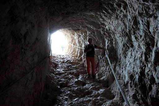 Tunnelissa kannattaa pitää köysistä kiinni koko 30 metrin matkan.