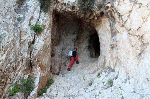 Tunnelia pitkin pääsee Ifachin länsipuolelta sen itäpuolelle. Sieltä alkaa vaikeakulkuisempi maasto.