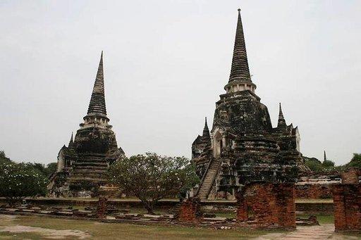 Loistelias Wat Phra Sri Sanphet -temppeli tuhoutui lähes täysin burmalaisten hyökkäyksessä: vain keskustornit säilyivät.