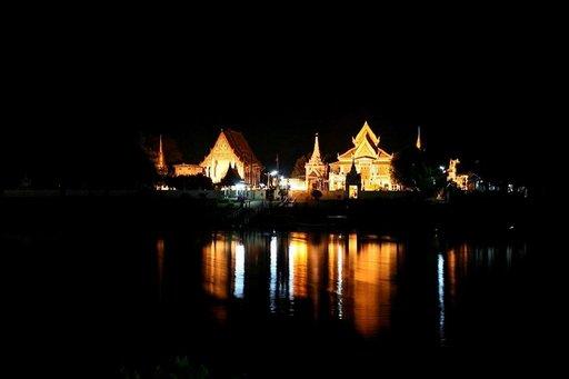 Iltaisin temppeleiden raunioiden silhuetit korostuvat kauniisti.
