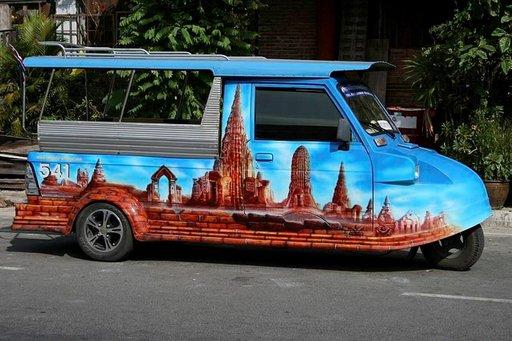 Ayutthayan pikkuruiset tuk-tuk-taksit ovat koristeellisia.