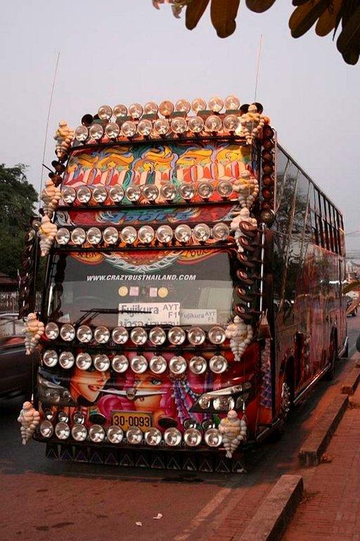 Thaimaalaisten bussien koristelu vetää vertoja koristeellisille temppeleille.