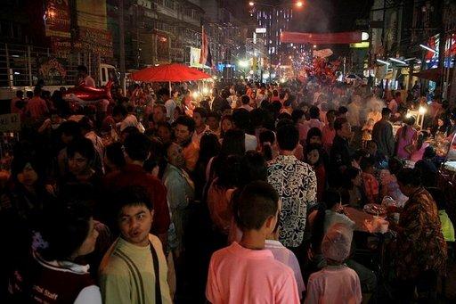 Ayutthayan kadut täyttyvät kuninkaan syntymäpäivien aikana juhlivista ihmisistä.