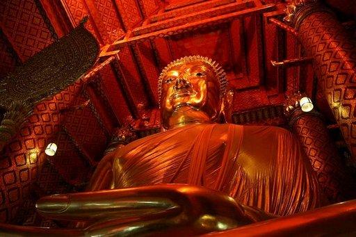 Wat Phanan Choeng -temppelin sisällä on 19 metriä korkea Buddha-patsas.