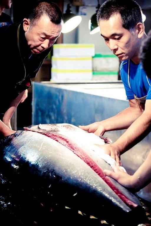 Tsukijin kalamarkkinoilla tuotteet valmistellaan myyntiin perinteisillä välineillä.