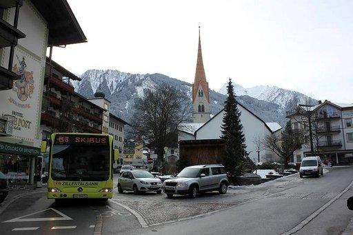 Zillertalin hissilippu oikeuttaa ilmaiseen skibussiin, joka liikennöi tiheästi eri rinnealueiden väliä.