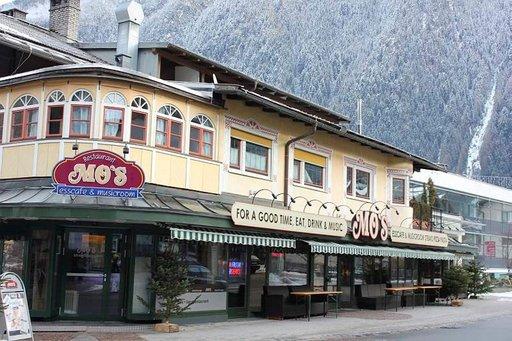 MO's Mayrhofenin keskustassa tarjoaa monikulttuurisen ruokalistan ja rentoa afterskitä.