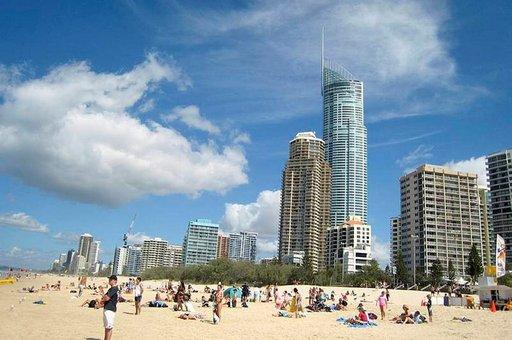 Moderni kaupunki ja hienohiekkainen ranta elävät hyvässä sovussa Gold Coastissa.