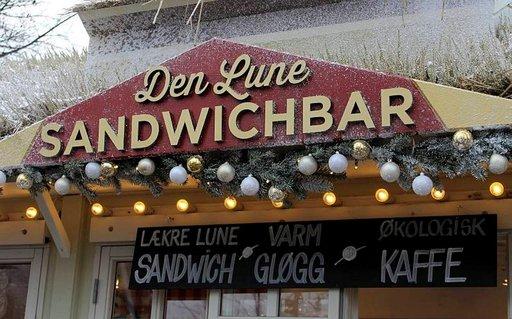 Herkullisia tanskalaisia voileipiä voi maistella markkinakojusta.