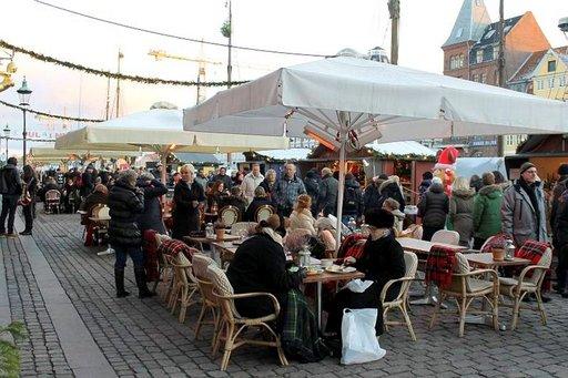 Terassikausi jatkuu ja Nyhavnin satamassa glögit nautitaan joulutunnelmissa.
