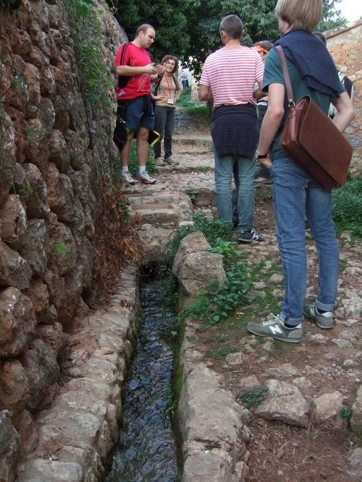Reittien varrella saa kosketuksen keskiaikaiseen historiaan ja muslimien rakennustaitoihin: kastelu-, juoma- ja pesuvedet johdatetaan yhä vieläkin vuoristolähteiltä alas laaksoihin ja rinteiden hedelmätarhoihin.