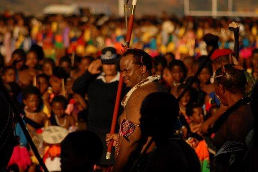 Swazimaan kuningas Mswati III saapunut katsastamaan Umhlanga-seremonian neitsyitä.