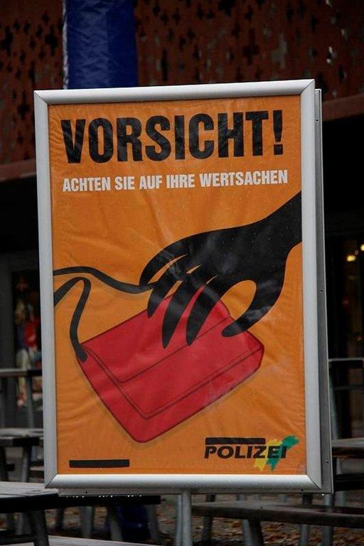 Zürichin kerrotaan olevan turvallinen kaupunki, mutta turistikohteissa on syytä varoa taskuvarkaita.