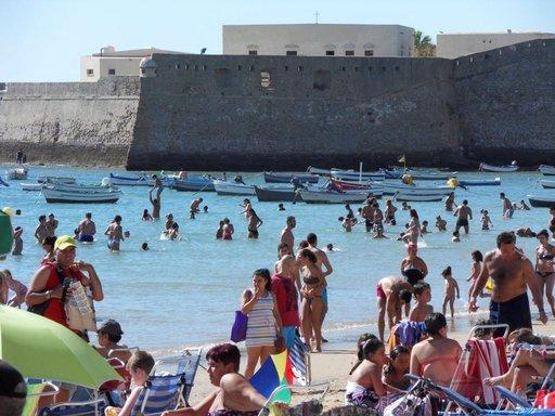 Suojaisa kaupunkiranta Playa de la Caleta ja Santa Catalinan linnoitus.