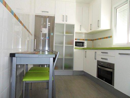 Keittiö Cádizissa on moderni ja toimiva.