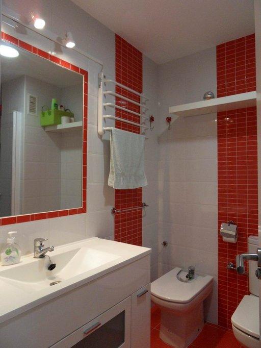 Cádizin asunnon kompaktissa kylpyhuoneessa on kaikki oleellinen.