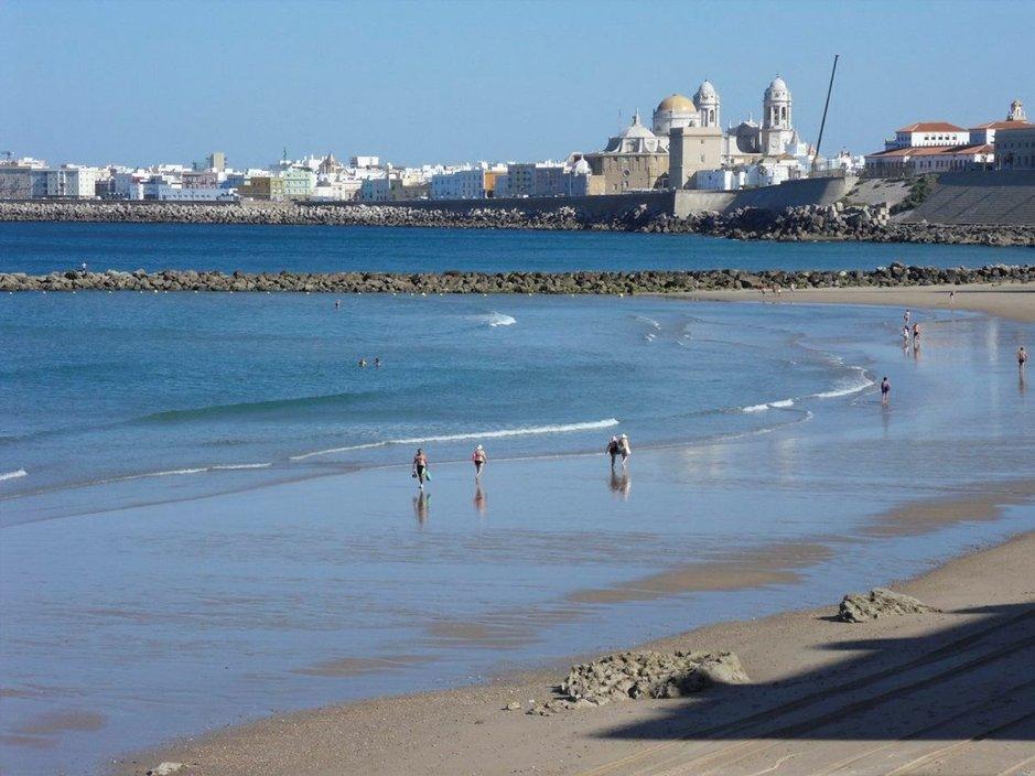 Näkymä Cádizin katedraalille Playa la Santa Maria del Mar -rannalta.