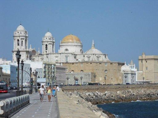 Barokkityylinen Cádizin katedraali on Atlantin rannalla.